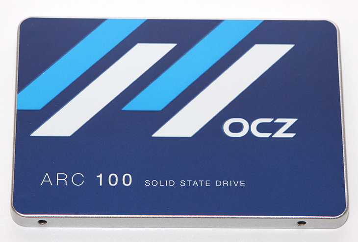 OCZ SSD ARC100 240GB, OCZ SSD ARC100 240GB 벤치마크,OCZ SSD ARC100 240GB 성능,OCZ SSD ARC100 240GB 후기,후기,OCZ SSD,ARC100,ARC 100,240GB, IT,IT 제품리뷰,후기,사용기,OCZ SSD ARC100 240GB 벤치마크 성능 후기를 올려봅니다. 여러가지 벤치마크 툴을 이용해서 성능을 확인해보려고 합니다. 이 제품을 사용해보고 처음에 조금 재미있었던것은 SSD가 좀 무겁더라는 것 입니다. 무거운 금속을 사용한 느낌이었는데요. 성능도 그정도 되는지 OCZ SSD ARC100 240GB 벤치마크 성능 후기를 통해서 확인해보겠습니다. 크리스탈 디스크 마크 결과는 꽤 괜찮았습니다. 사실 SSD의 성능은 300MB/sec를 넘어가버리면 차이를 느끼기 쉽지는 않습니다. 물론 그 속도의 2배가 넘어가면 또 다르겠지만요. AS SSD 벤치마크 결과도 상당히 괜찮게 나왔습니다. 1000점이 넘어갔으니까요. 그런데 OCZ SSD ARC100 240GB 벤치마크에서 특이한 점이 발견 되었습니다. 더티 테스트 시 남은 용량이 줄어들었을 때 성능이 저하되는 부분이 발견이 되었습니다.  이부분은 펌웨어 업데이트로 해결이 가능해보이긴 합니다.