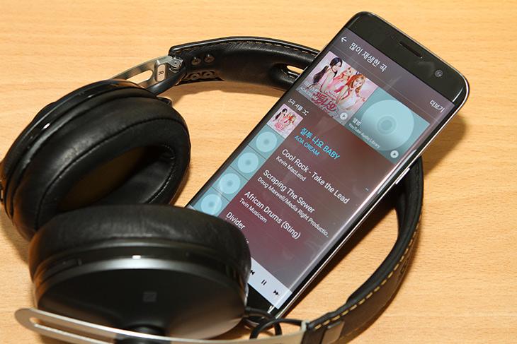 젠하이저 ,MOMENTUM, Wireless ,블랙, 신형 ,모멘텀, M2 AEBT,IT,IT 제품리뷰,헤드폰,음악을 좋아한다면 음질에 최적화된 것을 찾게되죠. 그런데 무선이면서도 음질이 좋은 헤드폰도 살펴보도록 하겠습니다. 젠하이저 MOMENTUM Wireless 블랙 신형 모멘텀 M2 AEBT이 그것인데요. 음질은 좋긴 하네요. 그리고 또 중요한 부분이 있었는데 착용감 이었습니다. 푹신한 쿠션 때문에 귀가 좀 편했는데요. 젠하이저 MOMENTUM Wireless는 aptX 코덱을 지원하며 블루투스로 사용이 가능한 무선 헤드폰 입니다. 그런데 유선으로도 사용은 가능 합니다.