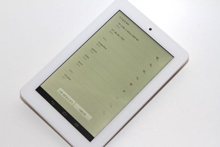 크레마 원 후기, 크레마원, 크레마 원, Crema 1, Crema1, 예스24, 예스이십사, Yes24, IT, 안드로이드 태블릿, 전자책, 앱, 카메라,크레마 원 후기를 올려봅니다. Crema 1은 기존에 크레마 샤인에서의 전자액정의 흑백화면을 대체하는 컬러화면의 태블릿입니다. 화면은 7인치에 1280x800 해상도를 가지고 있습니다. 화면은 우리가 알고있는 안드로이드 태블릿과 같습니다. 크레마 원 후기를 적기 위해서 태양광 아래에서도 보고 확인도 해봤는데요. 크레마 원은 컬러화면의 우리가 이미 알고 있는 태블릿과 같으므로 태양광 바로 아래에서 글을 보기에는 적합하지 않았습니다. 그런 용도로는 크레마 샤인이 더 적합할지 모릅니다. 하지만 크레마 원이 나온 이유는 반응 속도에 대한 갈증 그리고 컬러화면에 대한 부분 때문입니다. 컬러화면으로 보면 좀 더 한 화면에서 다양한 정보를 얻을 수 있습니다. 안드로이드 태블릿과 마찬가지이므로 음악을 듣거나 사진을 찍는 등의 작업도 가능 합니다. 1.2GHz 쿼드코어 프로세서가 사용되어서 반응속도도 괜찮은 편입니다.