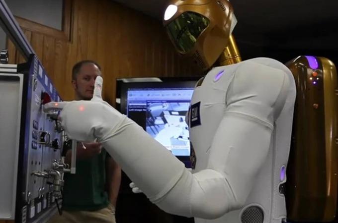 GM이 만든 로봇 우주정거장 살림꾼이 될 R2 로봇