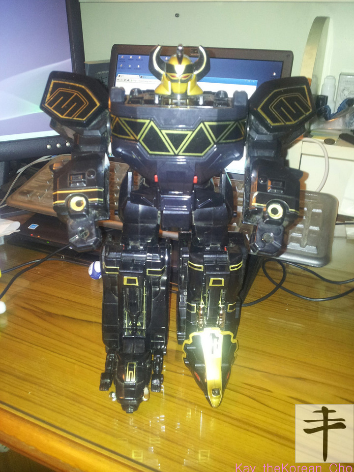 MMPR megazord-Black & Gold Edition