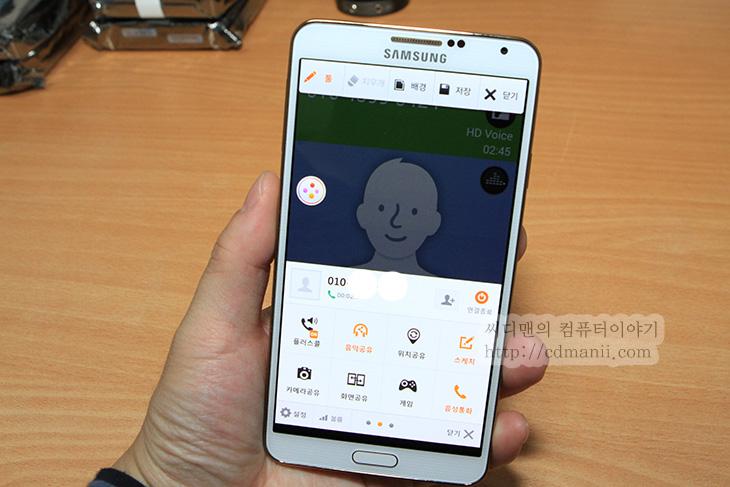 갤럭시노트3 Uwa, 갤럭시노트3 Uwa 서비스, Uwa, 유와, IT, 플러스콜, 음악 공유, 화면공유, 스케치, 게임, 위치공유, 음성통화, 화상통화, 모바일, 갤럭시노트3 Uwa 서비스를 통해서 전화통화를 좀 더 편리하게 이용하는 방법을 배워보도록 하겠습니다. 유와 라고도 불리는 이 서비스는 플러스콜 음악 공유 화면 공유, 카메라 공유 등을 할 수 있습니다. 즉 통화중에 화면을 공유해서 자신의 상황을 보여준다거나 할 수 있습니다. 갤럭시노트3 Uwa를 써봤는데요. 물론 유플러스폰 입니다. Uwa 서비스를 쓰면서 가장 편했던 점은 영화나 유튜브 게임등을 하고 있던 중에 전화가 왔을 때 입니다. 보통은 특정 작업을 하고 있다고 하더라도 전화가 오면 전화오는 화면으로 변경이 갑자기 되고 전화를 받거나 끊어야 합니다. 그런데 Uwa를 쓰면 하던 작업 그 화면에 상단에 전화받기 내용이 나타납니다. 플러스콜이라는 기능인데요. 이 외에도 전화통화를 하면서 상대방에게 자신의 폰에 있는 음악을 들려준다거나 아니면 카메라 공유를 통해서 내가 보고 있는 화면을 그대로 보여준다거나 하는 등의 작업이 가능 합니다.