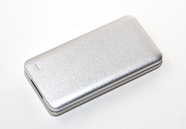 새로텍 팜미니, 팜미니 128GB 후기, 벤치마크,팜 미니,새로텍,세로텍,IT,IT 제품리뷰, 후기,사용기, Palm mini, 팜,작은 SSD,작은 저장장치,USB3.0,새로텍 팜미니 128GB 후기를 올려봅니다. 벤치마크를 통해서 성능이 어느정도 되는지 그리고 휴대성과 활용성은 어떤지 살펴보고자 합니다. 저장장치는 점점 작아지고 용량은 점점 커지고 있습니다. 집적도가 높아지면서 점점 저렴하면서도 거대한 저장장치가 나오고 있죠. 새로텍 팜미니는 상당히 작은 사이즈에 128 256 512GB로 3가지 용량으로 출시가 되어있습니다. 한손에 딱 들어오는 사이즈 정도에 작은 사이즈로 휴대하기가 편리합니다. 속도 또한 USB 3.0에 UASP를 지원해서 속도가 상당히 빠릅니다. 최근 들어서는 스마트폰으로도 저장을 하거나 하는 분들이 많은데요. 근데 아직까지는 스마트폰의 저장장치는 속도가 아주 빠른편은 아니여서 별도로 외장하드 등을 쓰시는 분들도 많죠. 새로텍 팜미니는 스마트폰으로 직접 연결하여 USB 저장장치로 인식이 가능해서 동영상이나 음악들을 많이 넣고 다니는 분들에게도 상당히 유용합니다. 외부 디자인도 깔끔하고 알루미늄 재질의 케이스를 사용해서 내식성도 우수합니다.