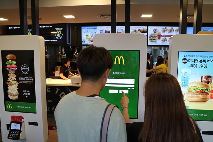 맥도날드 시그니처 버거, 맥도날드 수제버거 후기,맥도날드,맥도널드,Mcdonald's,햄버거,수제버거,시그니처 버거,음식,요리,주문,쉽게 주문,직접,재료,호주산 흑우,맥도날드 시그니처 버거 후기를 올려봅니다. McDonald's 신촌점에서는 새로운 맥도날드 수제버거를 선보이고 있었는데요. 엄선된 재료를 사용했는데 좀 다르다면 미리 잘 만들어진 세트메뉴가 3가지가 있었고 그 외에 나만의 버거를 만들 수 있었습니다. 이것이 맥도날드 시그니처 버거 인데요. 나만의 버거라는것은 들어가는 20가지의 재료를 이용해서 원하는 버거를 직접 만들 수 있는 것을 말합니다. 재료의 갯수도 직접 변경이 가능합니다. 그래서 1만가지의 다른 버거를 만들 수 있다고 합니다. 맥도날드 시그니처 버거를 만들려고 저도 재료를 고르다보니 뭘 넣으면 좋을까 하고 재료를 보면서 고민하다보니 주문이 재미있다는 느낌이 들었습니다. 처음에는 어떻게 주문해야하는지 고민할 수 도 있을듯 했습니다. 그런데 전문적으로 설명해주시는 분이 옆에 붙어서 설명을 해주신다고 하네요. 그런데 한번 주문해보면 무척 쉬워서 다음에는 혼자서도 빠르게 할 수 있습니다. 저도 다른 분 주문하는것을 유심히 봤었는데 그래서인지 사진찍는 시간 빼고는 아주 순식간에 고를 수 있었습니다. 실제로 버거가 나오는 시간은 10분내이며, 몇몇 재료는 바로 주문과 동시에 구워서 나온다고 하네요. 수제버거는 확실히 그냥 미리 만들어진 재료를 올려서 데워서 나오는것과는 차이가 있었습니다.