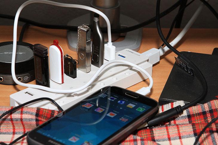 노벨뷰 NVB15600, 스마트폰 고용량 배터리팩, 스마트폰 배터리팩, 노벨뷰, NVB15600, 15600mAh, 배터리팩, IT, 노벨뷰 NVB15600 후기를 올려봅니다. 스마트폰 고용량 배터리팩이 뜨고 있는데요. 스마트폰은 물론 스마트디바이스 까지 점점 성능이 좋아지고 기본으로 들어가는 배터리의 용량도 커지고 있습니다. 스마트폰 기본 배터리의 용량이 늘어나더라도 노벨뷰 NVB15600 처럼 고용량의 배터리팩이 점점 더 필요하게 되었는데요. 이유라면 스마트폰 기본 용량이 늘어나도 아직은 하루를 계속 사용하기에는 부족하다는 것 입니다 그래서 스마트폰을 사용을 하는 유저들은 배터리팩을 꼭 하나는 들고 다닙니다. 최근에는 빨대라는 케이블이 나와서 다른 스마트폰의 배터리로 자신의 스마트폰을 충전하는 케이블도 있긴 하지만, 그것도 다른 사용자가 있어야 가능한것이고 보통은 배터리팩을 많이 쓰죠. 노벨뷰 NVB15600는 15600mAh 입니다. 3.7V 일때 이용량이니 5V로 계산을 하더라도 1만mAh에 달하는 고용량의 배터리팩입니다. 디지털카메라도 최근에는 5V를 이용하면서 점점 배터리팩의 쓸모가 많아지고 있는게 현실입니다. 그로 인해서 1만mAh가 넘는 고용량 배터리팩이 많이 나오고 있는데요. 사용자입장에서는 더 좋은 부분이 이렇게 고용량의 배터리팩이 생각보다는 가격이 저렴해졌다는 것입니다. 지금 소개하는 노벨뷰 NVB15600 제품도 4만원대의 가격에서 제품을 구매할 수 있습니다.