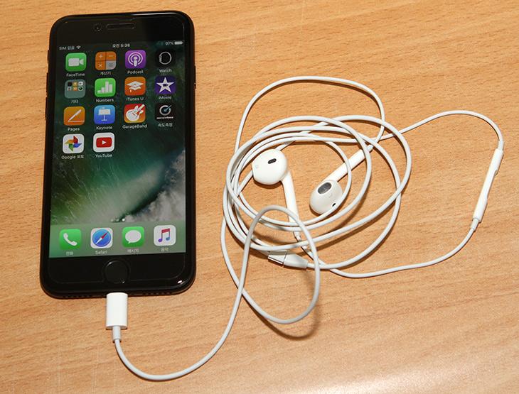 아이폰7 ,이어폰, 충전, 동시에, 벨킨, Lightning Audio , Charge Rockstar,IT, IT 제품리뷰,iPhone7 경우 라이트닝 단자 하나만 있죠. 이어폰 단자가 없습니다. 아이폰7 이어폰 충전 동시에 하려면 벨킨 Lightning Audio + Charge Rockstar를 이용하면 됩니다. 1개의 라이트닝 단자를 2개로 바꿔주는 악세서리가 Belkin과 애플이 같이 만들어서 내어놓았네요. 보면 바로 알게되는데요. 아이폰7 이어폰 충전 동시에 하기 위해서 벨킨 Lightning Audio + Charge Rockstar는 쉽게 사용될 수 있습니다.