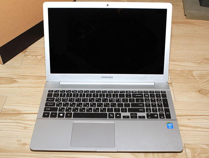 삼성 아티브 북6 2014 Edition NT630Z5J-K520 디자인, NT630Z5J-K520, IT, 삼성 노트북, 삼성 아티브, 아티브 북6, 노트북, 삼성 아티브 북6 2014 Edition NT630Z5J-K520 디자인을 살펴보도록 하죠. 이번에는 개봉기만 적고 추후에 상세한 벤치마킹 및 설명을 하도록 하겠습니다. 최근에 삼성의 노트북들은 안정성을 위해서 내부에 보강을 많이 했다고 합니다. 그런 이유로 삼성 아티브 북6 2014 Edition는 무게가 약간은 더 늘어났습니다. 하지만 그렇다고 하더라도 ODD와 하드디스크를 모두 장착한 상태에서도 무게가 2.3Kg 입니다. 키보드도 숫자키패드가 있는 타입이므로 데스크탑처럼 사용하고 싶은 노트북으로 쓸만한 제품 입니다. 화면은 39.6cm로 15.6형이며 저반사 코팅이 되어있어 쓸만하고 해상도도 풀HD가 들어가서 한 화면에서 다양한 작업이 가능 합니다. 삼성 아티브 북6 2014 Edition 의 디자인에 대해서 그럼 살펴보죠.