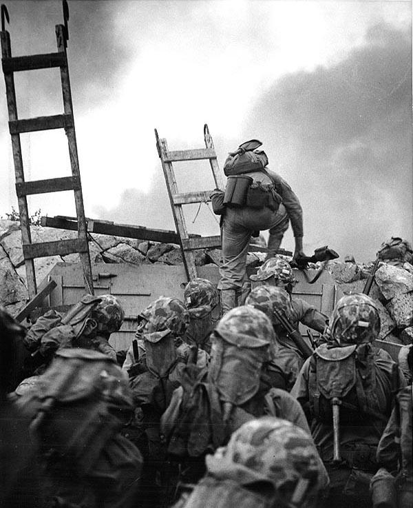 사진: 6.25전쟁 과정 중 인천상륙작전에서 미국인 중위가 인천 해안을 오르는 모습. 인천상륙작전의 기념비적인 사진이다. 이 병사는 몇 분 후 총에 맞아 전사한다.