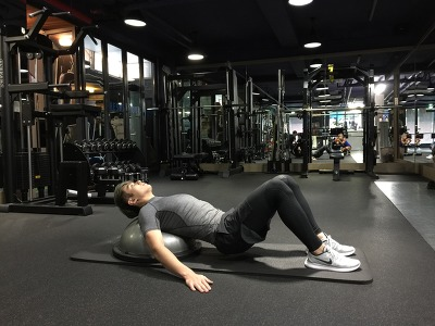 헤드 온 보수볼 힙 레이즈 (Hip Raise with Head on a Bosu Ball)