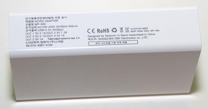 USB 멀티 충전기, 5개 충전, 스와컴 MP-505 후기, 스와컴, USB 충전기, USB 다중 충전기, IT, 아이패드 미니, 갤럭시S5, 2A 충전기,USB 멀티 충전기 5개 충전이 가능한 스와컴 MP-505 후기를 올려봅니다. 스마트기기를 1개만 사용하는 분은 적을겁니다. 가족이 하나씩만 사용해도 갯수는 훨씬 늘어나죠. 각각 태블릿이라도 사용하거나 MP3 등을 사용한다고 하면 더 많아지겠죠. 이럴때 USB 멀티 충전기가 있으면 참 편한데요. 최근 충전기는 듀얼충전기까지 나오고 있긴 하지만 만약 4개 이상의 기기를 동시에 충전해야만 할 경우라면 관리가 복잡해지겠죠. 3개이상의 기기들을 동시에 충전할 수 있는 USB 멀티 충전기가 점점 많이 쓰이고 있는데요. 전시장이나 매장같은곳에서는 USB 단자가 수십개 있는 그런 제품들도 사용되기도 하죠. 스와컴 스와컴 MP-505는 5개의 스마트기기를 동시에 충전할 수 있는 충전기 입니다. 사용하는 디바이스가 많고 충전기가 많아져서 번거롭다면 한번에 모든 충전을 맡길 수 있는 그런 제품이죠.