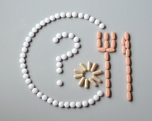 알약이 접시에 담긴 물음표와 포크, 나이프 모양으로 늘어져있다.