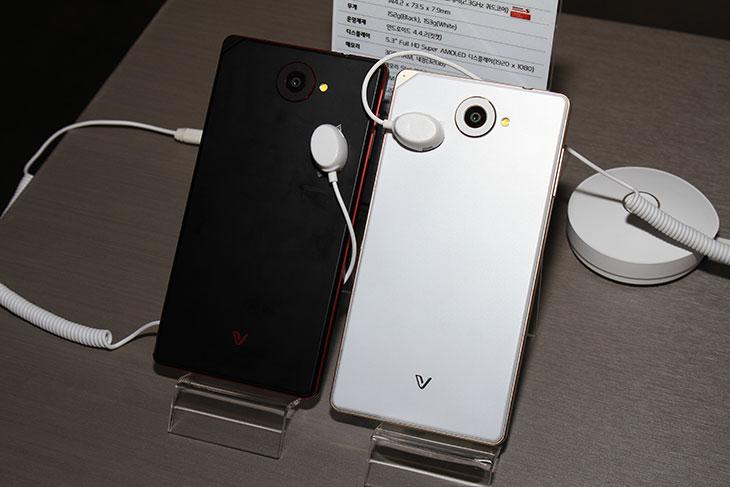 베가 아이언2 사용 후기, 베가 아이언2 사용기, 베가 아이언2 후기, 베가 아이언2, Vega Iron2, 메탈, 금속, IT, 스마트폰, Vega,베가 아이언2 사용 후기를 빠르게 올려봅니다. 메탈 스마트폰의 진수라고 감히 말할 수 있을정도로 디자인은 상당히 잘 나왔는데요. 직접 보고 느껴본봐로는 베가 아이언의 확실한 후속판이 맞았습니다. 기존에 좀 무거웠던 느낌에서 좋은 방향으로 확 달라졌네요. 베가 아이언2 사용 후기를 적어보면 화면이 더 넓어졌는데 무게는 더 가벼워졌으며 측면의 두께도 더 얇아져서 느낌이 좋았습니다. 가장자리 부분을 끊어지지 않은 통짜 금속 프레임을 쓴것은 그전과 동일 합니다. 그런데 베가 아이언의 문제였던 부분을 많이 보강했습니다. DMB 안테나도 넣었으며 측면의 금속 부분을 그냥 금속만 넣은것이 아니라 6가지의 다른 컬러를 가진 아노다이징한 금속을 입혔습니다. 컬러의 경우에도 모두 2톤의 다른색을 넣어서 심플하면서도 단순하지 않도록 색을 입혔습니다. 베가 아이언2 사용 후기로 사진과 동영상을 많이 올려볼테니 참고해주세요.