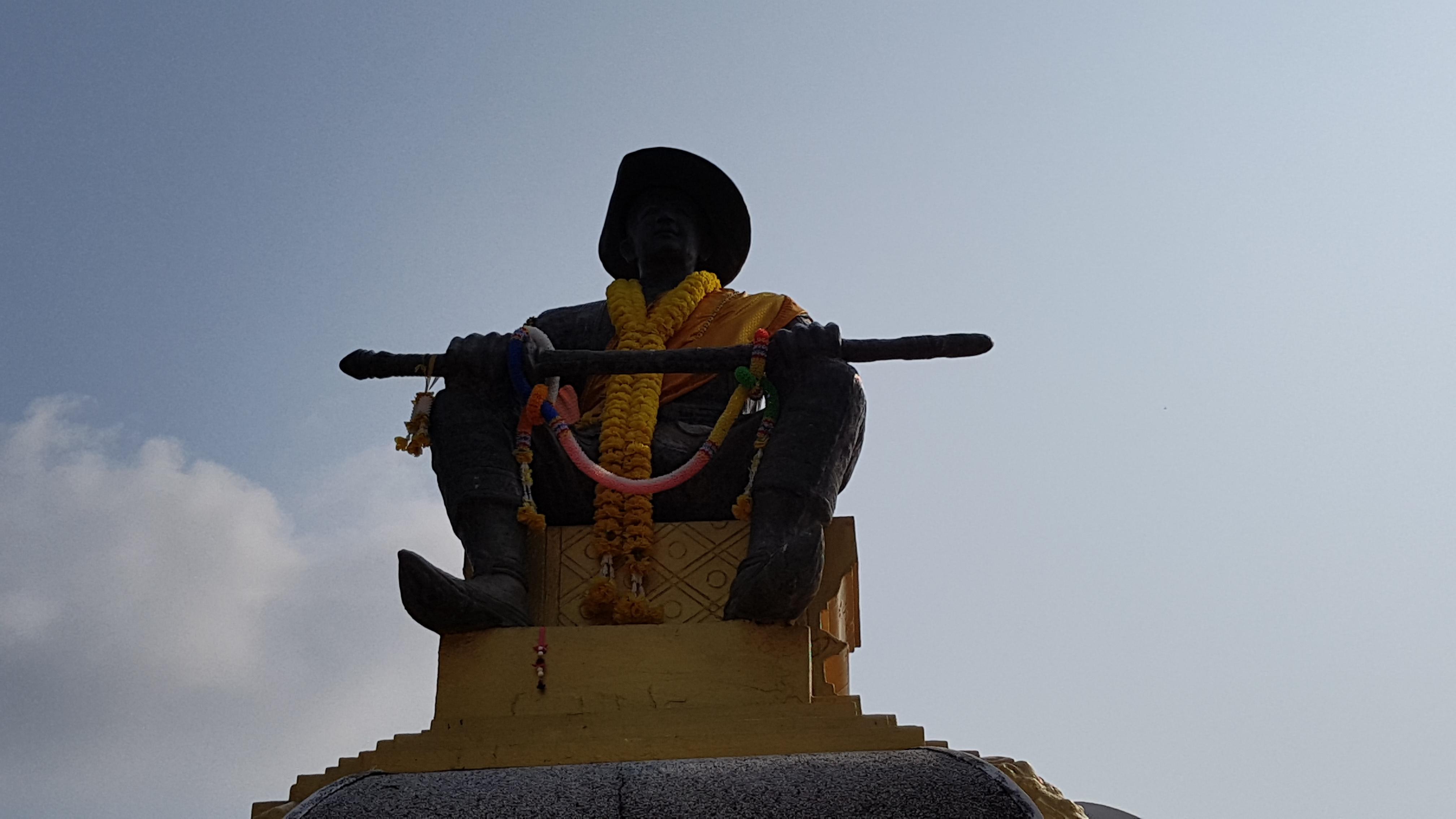 do nation, naga, Phra Chedi Lokha Chulamani, that luang festival, Wat That Luang Neua, Wat That Luang Tai, [라오스 비엔티안] 가장 신성한 건축물, 가격, 가루다, 가이드북, 가장 신성한 건축물, 고급 베개, 공사중, 공양, 금불상, 기념 사진, 깨달음, 꽃, 꽃다발, 나가, 노출, 단체관광, 대거, 대리만족, 대보름, 도깨비, 돌덩이, 동상, 두리안, 두리안 사랑, 두리안 성애자, 뒷좌석, 딱밧, 라오스, 라오스 문화, 라오스 사람, 라오스 역사, 라오스 인민민주주의 공화국, 라오스어, 라오스에서 가장 추앙받는 왕, 람부탄, 루앙 축제, 마지막 아침, 무료, 바나나 줄기, 박공, 발 포즈, 방생, 배낭여행, 배달지, 뱀, 버마, 벌, 법륜, 부처님, 부처님 머리, 분 탓 루앙, 불교 이야기, 불교신자, 비슈누, 비엔티안, 빨간색 환타, 사람, 사리, 사바이디, 사원, 사진, 상징, 성벽, 세종대왕, 세탓티랏, 세탓티랏 왕, 수행, 순박, 승려, 식물, 신성, 신성함, 싸롱, 썽태우, 쎄타티랏, 씨암, 안탑, 앞좌석, 어머니, 엄마, 업적, 연꽃봉오리, 영어, 와불, 왓 탓 루앙 느아, 왓 탓 루앙 따이, 외국인 차별, 용, 위대한 탑, 의문, 인파, 입장료, 장식, 전통 복장, 정교, 조각, 지붕, 짐칸, 찌찌, 찌찌노출, 참배, 채비, 처마, 첨탑, 최초 통일왕국, 침략, 큰 나무, 탁발, 탓 루앙, 태국, 통일왕국, 특이한 드레스, 파 탓 루앙, 프라 쩨디 로카쭐라마니, 프라쌋 프앙, 프랑스, 한국인, 한국인 부부, 화법, 환타, 황금, 황금 장식, 회랑, 흥정, 힌두교, 힌두신