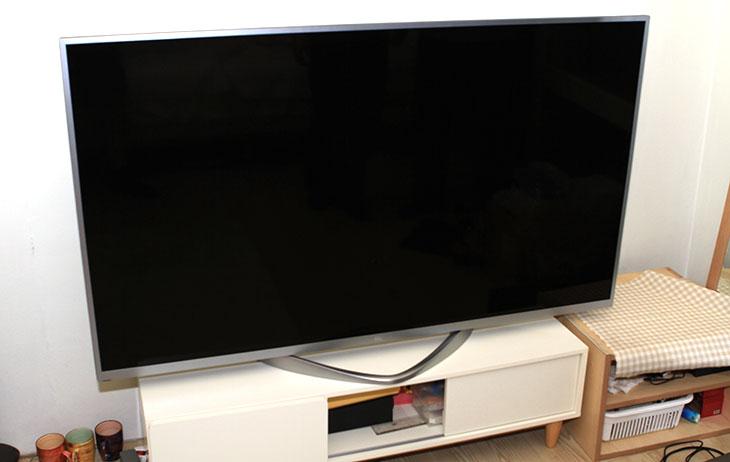 UHD TV 65인치, TG B65UA ,설치기,IT,제품,리뷰,설치기,개봉기,설치,UHDTV 가격,UHD,4K,UHDTV,TV, B65UA,UHD TV 65인치 TG B65UA 설치를 해봤습니다. 처음에 설치해보고 느낌은 와 엄청 크다 였습니다. 기존에 사용하던 47인치 스마트TV가 너무 작다는 느낌이 들 정도였는데요. 사용하다보니 처음에 19인치 모니터를 쓰다가 27인치로 바꿨을 때가 생각이 나더군요. UHD TV 65인치와는 비교는 안되겠지만 모니터가 2배 이상 커진듯한 그런 느낌을 받고 너무 커서 불편하다는 생각도 잠깐 했었는데요. 실제로 이번에 47인치에서 65인치로 처음 바꿨을 때에도 그런 느낌을 잠깐 받았었습니다. 하지만 UHD TV 65인치는 해상도도 커지고 화면도 커진 이유로 화면이 넓다는 생각과 함께 디테일이 좀 더 살아있다는 느낌을 먼저 받았습니다. 유명 연예인들도 UHD TV 그렇게 좋아하진 않는다고 하죠. 피부에 잡티가 모두 다 보일정도라서 말이죠. 최근에는 방송도 4K로 점점 움직이고 있는 중이고 이미 방송중인 1080p의 동영상도 업스케일 후 품질이 꽤 좋아서 기왕 구매하는것 좀 더 큰 디스플레이에 UHDTV로 구매하는 분들이 많아지고 있습니다. 무엇보다 이렇게 넘어가는 가장 큰 요인으로는 가격이죠. TG B65UA는 필요하지 않는 스마트기능은 제한을 하고 가장 기본적인 기능만 활용하도록 해서 가격을 많이 낮췄습니다. 279만원에 지금 판매를 하고 있으니 지를만한 가격이죠.