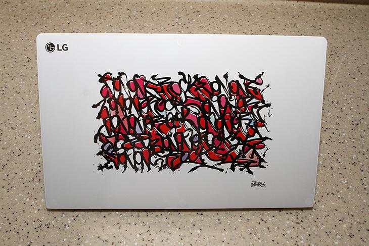 LG X ,존 원, 아트, LG PC그램15, 디지인, 성능,IT,IT 제품리뷰,하얀색 노트북에 그림을 그렸는데요. 그래피티가 멋지긴 하네요. LG X 존 원 아트 LG PC그램15 디지인 성능에 대해서 알아볼텐데요. 세계적으로 유명한 예술가가 엘지와 만나서 작품을 만들었습니다. 한정판 이구요. 다 비슷비슷한 노트북에 자신만의 개성을 만들 수 있습니다. LG X 존 원 아트 LG PC그램15 디지인은 두가지가 있었는데요. 두가지 모두 다 보여드릴려고 합니다.
