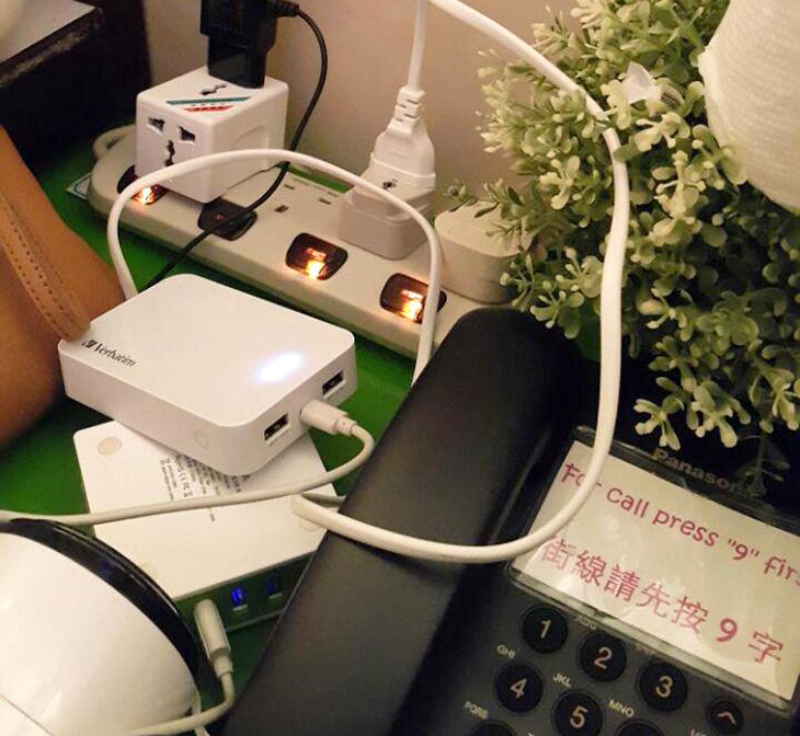 홍콩, 전원, 어댑터 ,멀티탭, 활용하기,IT,IT 제품리뷰, 악세서리,홍콩여행,해외여행 갈때 전자기기들을 많이 챙겨갈텐데요. 그때 걱정하는것이 전원을 어떤게 충전하는 것 인가 일것입니다. 홍콩 전원 어댑터 멀티탭과 활용하기를 배워볼건데요. 와이프가 홍콩 다녀올일이 있어서 이것을 이용을 했습니다. 아쉽게 저는 홍콩에는 못갔습니다. 와이프만 다녀왔네요. 해외여행때 멀티어댑터를 쓸까 아니면 전용 어댑터를 쓸까 고민을 했는데 전용이 좀 더 좋긴 합니다. 헐겁지도 않고 딱 고정되는게 장점이죠. 홍콩 전원 어댑터는 가격도 비교적 저렴한 편입니다. 그리고 참고로 1개만 구매하면 됩니다. 여기에 멀티탭을 하나 끼우면 여러장치를 쓸 수 있습니다.