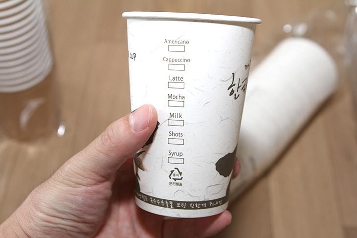 경북설란, 친환경 ,종이컵, 옥수수코팅 ,종이컵 ,소개,제품소개,경북설란 친환경 종이컵 옥수수코팅 종이컵 소개를 하려고 합니다. 친환경 종이컵 이야기만 들어도 뭔가 건강해지는 느낌도 있는데요. 물론 먹고 마시는 것의 물건들은 안전한게 좋은데 그렇지 않은 제품들도 있으니까요. 자연에서 왔고 자연을 해치지 않는 경북설란 친환경 종이컵에 대해서 좀 살펴보겠습니다. 경북설란 사이트에 가보면 친환경 물수건과 종이컵, 종이접시등 다양한 제품이 있습니다. 친환경 종이컵은 천연 크라프트지로 만든 제품인데 무표백 무형광 제품 입니다. 그래서 색상도 나무색상인데요. 접합하는 부분조차 본드나 풀 등을 쓰지 않고 초음파 접합을 해서 뜨거운 물을 넣거나 해도 유해물질이 나오지 않습니다. 듀얼 크라프트 종이컵은 물을 담아도 강도가 강해서 잘 젖거나 찢어지지 않는다고 하네요. 그래서 다시 씻어서 사용할 수 도 있습니다.