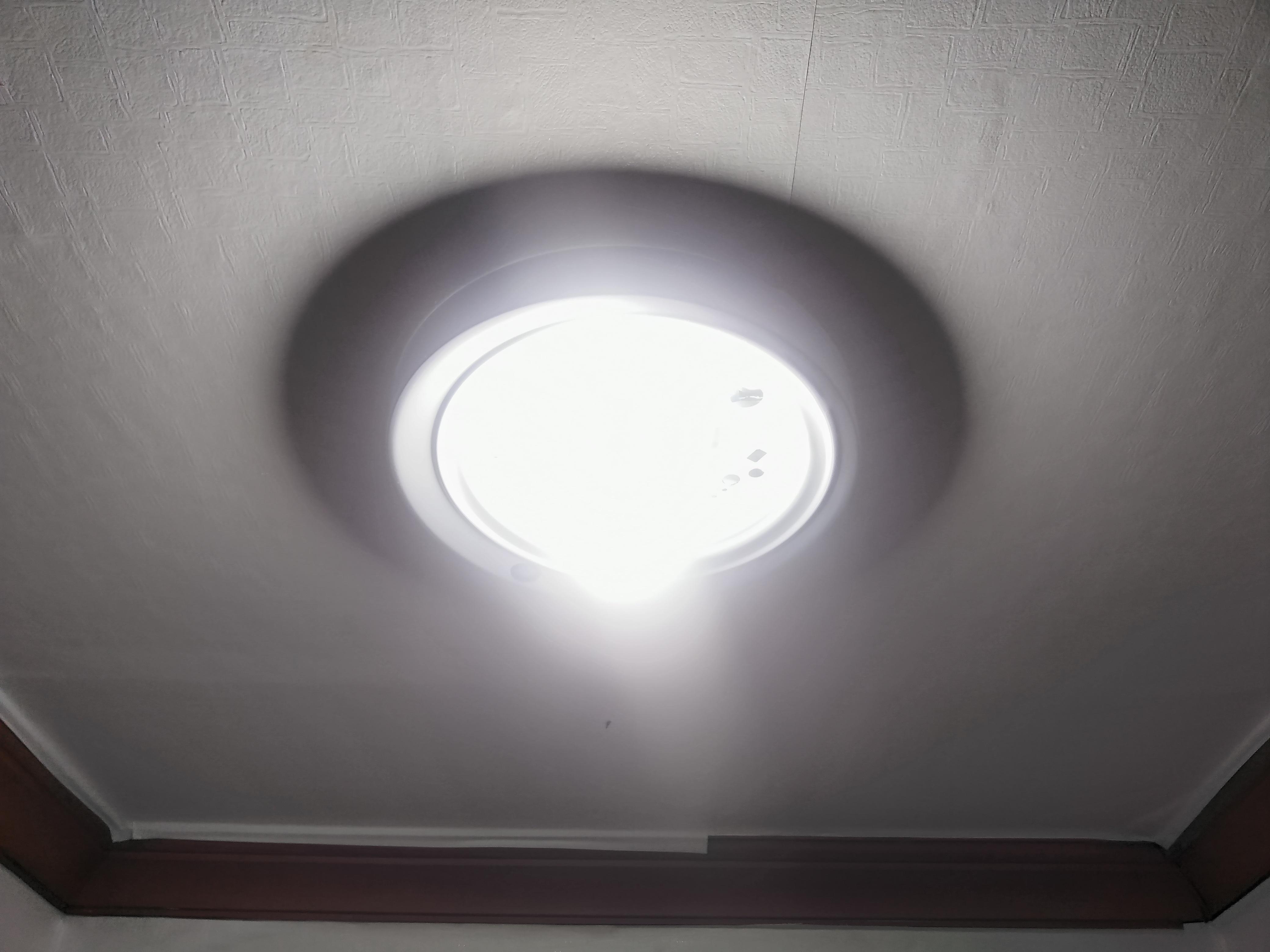두꺼비집의 전원을 올리고 등기구 덮개를 덮기 전에 LED전구를 끼우고 테스트를 해 봅니다