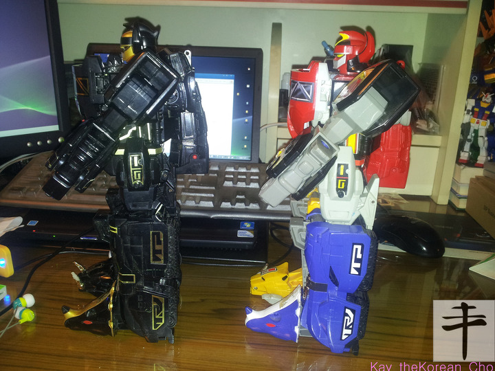MMPR original megazord- Original v black edition - left