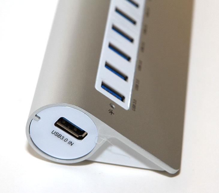 ORICO, 오리코 M3H73P, USB3.0,10포트허브, 유전원 후기,후기,사용기,M3H73P,M3H7,M3H4,A3H10,A3H10 후속,알루미늄,맥,mac,IT,IT제품리뷰,ORICO 오리코 M3H73P USB3.0 10포트허브 유전원 후기를 올려봅니다. 오리코 A3H10의 후속버전인데요. 맥 하면 알루미늄이 먼저 떠오르는데요. 맥에서 사용하는 재질 느낌처럼 USB허브를 만들었습니다. 기존의 사각느낌에서 이번에는 둥근 느낌으로 처리했는데요. 오리코 M3H73P USB3.0 허브 후기를 적으면서 알게 된것이지만, 오리코 허브의 안정성은 상당히 우수하네요. 12V의 4A 또는 3A 허브를 사용하면서 전원부족부분에 문제를 완전히 해결을 했습니다. 10포트의 제품은 실제로 10개의 USB 제품을 연결해서 사용해도 전혀 문제가 없습니다. 전력소모량이 걱정인 분들도 많을지 모르겠지만, 실제로는 오리코 M3H73P USB3.0 허브가 사용한 만큼만 전력소모를 하므로 소비전력이 그렇게 높지는 않았습니다. 그보다는 실제로 여러개의 장치가 안정적으로 동작한다는것이 더 중요한 내용이죠.  USB 단자는 예전에는 사용하다가 곧 사라질지도 모른다는 이야기도 있었던적이 있었습니다. 하지만 지금까지 살아남았고 USB 3.1 이상부터는 USB 케이블만으로 높은 전력을 옮길 수 도 있고 데여폭도 엄청나게 향상되어서 미래의 인터페이스로 조명받고 있죠. USB 허브는 생각보다 쓰임새가 많습니다. 태블릿PC를 사용하더라도 노트북을 쓰더라도 사용이 가능하죠. PC는 말할것도 없습니다. 스마트폰 USB외장하드 USB메모리 태블릿 등 충전할일도 많고 연결해서 데이터를 복사할일도 많죠. 그래서 처음에 USB 허브를 구매시에는 좋은 제품을 구매하는게 좋습니다. 오리코 허브는 좀 아는분들 사이에서는 잘 알려진 제품인데요. 후기를 봐도 안정성과 견고함 디자인에서 상당히 높게 평가 받고 있습니다.