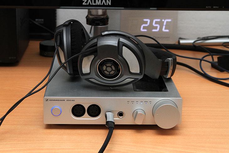 젠하이저 HDVD800, HD700 후기, 젠하이저, HDVD800, HDVD 800, HDVA 600, 순정의 밸런스 구동용 케이블, 헤드폰, 헤드폰 앰프, 앰프, HD800, IT,젠하이저 HDVD800 HD700 후기를 올려봅니다. 좋은 사운드를 즐길려면 좋은 기기가 있어야 하는것이 맞긴 한데요. 음감에서는 스피커가 70 나머지가 30이라고 하긴 하지만 좋은 앰프도 필요한듯 합니다. 저는 컴퓨터에 연결해서 사용을 해봤습니다. 젠하이저 HDVD800을 USB로 연결 하고 USB 출력장치로 연결 후 테스트를 해봤습니다. HD800을 예전에 써봤지만 사운드 느낌이 너무 좋았는데요. HD700도 상당하네요. HD700 처음 출시때 미국 라스베거스에 가서 직접 봤었는데요. 디자인은 HD800 은 너무 금속성의 강한 느낌이라면 HD700은 조금은 부드러운 느낌입니다. 사운드도 가격은 상대적으로 낮지만 음질은 부족하지 않은것으로 알려져 있는데요. HDVD800으로 사용해보니 더 좋은 느낌이 들었습니다.   젠하이저 HDVD800은 젠하이저의 헤드폰과 연결을 위한 순정의 밸런스 구동용 케이블을 지원 합니다. 이 외에도 헤드폰 앰프이므로 헤드폰을 직접 연결 (6.3mm)해서 사용도 가능 합니다. 헤드폰은 HD800을 고려해서 만들어진 전용 앰프 입니다. USB 연결이 가능해서 USB 2.0 타입으로 PC등과 연결이 가능 합니다. 외부는 알루미늄 재질로 되어있고 한쪽에는 내부를 볼 수 있는 창이 있습니다. 대형노브를 이용해서 섬세하게 볼륨 조정이 가능한점도 괜찮은 점 입니다.