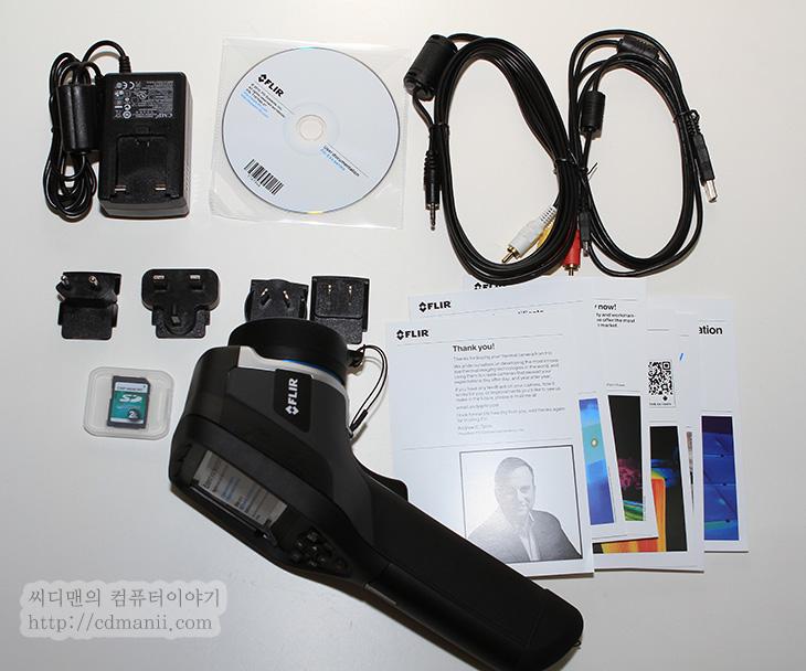 FLIR E30, FLIR E40, It, 사용기, 열화상카메라, 열화상카메라 추천, 추천, 후기, 플리어, 플리어 E40, 플리어 E30,FLIR E40 개봉기를 이제 드디어 적게 되었네요. 그동안 열화상카메라 추천 목록들을 보면서 사야하나 말아야하나 고민하다가 큰 지출을 했습니다. FLIR E40 개봉 후 사용을 하기 전에 시연을 먼저 봐서 인지 실제 사용은 너무 간단했습니다. 한가지 다행인점은 다른곳에서 시연하는것을 봤을 때는 제품이 버튼 눌렀을 때 반응이 좀 느리고 답답했던 기억이 있었는데 Flir E40은 꼭 그렇지는 않더군요. 그리고 직접 사용해보니 알게된것도 많았습니다. 그리고 열화상카메라에 대한 환상이 어느정도는 깨졌고 그리고 반대로 이런것도 할 수 있구나 하는것을 반대로 알게도 되었습니다.  구매를 하기 전 열화상카메라 추천 제품들을 하나씩 실제로 제품 시연을 봤었는데요. 플루크도 가보고 테스토코리아도 가보고 근데 마음에 들었던것은 이제품이였기에 이것으로 사긴 했는데 근데 좀 무겁네요. 휴대용이라고 하더라도 생각보다는 많이 묵직 했습니다. 그리고 사진으로 볼 때에는 겉부분이 고무인지 알 수 없었는데 실제로는 좀 단단한 형태의 고무로 덮혀 있더군요. 물론 떨어뜨리면 안되겠죠. 그리고 렌즈부분에 스크레치도 주의 해야합니다. 고가의 장비이다 보니 아차하는 순간에 고장날 수 도 있죠.  Flir E40이 맘에 드는점은 3개의 스팟포인터를 놓고 바로 한사진에서 온도 비교 및 분석이 가능하다는 점입니다. 그리고 WiFi 연결이 가능해서 스마트폰으로 사진을 바로 보내서 분석할 수 있습니다. 물론 PC로도 가능하긴 하지만 외부에 있을 때에는 스마트폰이 좀 더 편하죠. 특정 부분 온도 체크도 스마트폰에서는 손으로 옮겨가면서 온도를 볼 수 도 있습니다. 그리고 처음 구매 후 받았을 때 놀랐던것은 거대한 가방입니다. 물론 열화상 카메라의 부피가 좀 있긴 하지만 훨씬 더 큰가방을 제공합니다. 왜냐면 다른 구성품들을 쉽게 넣고 다니게끔 하기 위해서이죠. 그리고 재질도 엄청 튼튼 합니다. 얼핏 생각에 가방만해도 약간 가격일 할것같은 생각이 들었습니다.