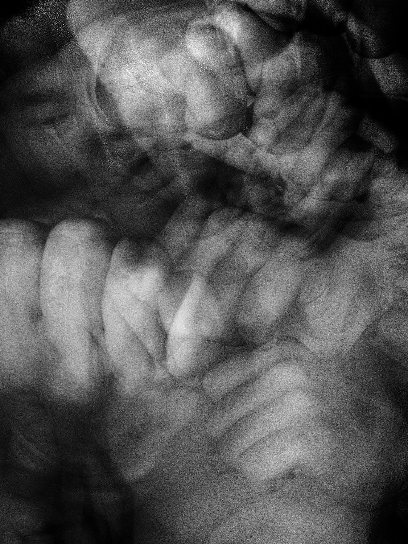 화나는일 있다고 카메라 앞에서 주먹질하고있는 모습의 사진. 스트로보 스코픽으로 촬영되어 수많은 주먹이 화면에 나타나있다.