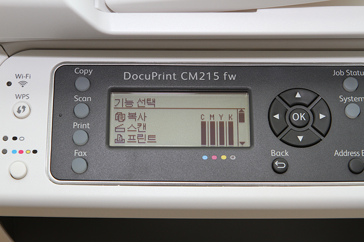 컬러레이저복합기 ,후지제록스 프린터스, CM215 fw 실사용, CM215 fw 후기,CM215 fw,CM215fw,후지제록스,컬러레이저복합기 추천,IT,IT 제품리뷰,컬러레이저복합기 후지제록스 프린터스 CM215 fw 실사용 후기를 올려봅니다. 몇년 전의 레이저프린터 제품을 이미 쓰고 있었는데요. 그때와 또 다르게 성능이 많이 올라갔네요. 컬러로 사진을 출력할 때 품질이 상당했습니다. 이정도면 포토프린터로 써도 될것 같은 생각이 드네요. 컬러레이저복합기 후지제록스 프린터스 CM215 fw는 같은 라인중 가장 상위 기종으로 펙스 복사 스캔 프린터가 모두 가능한 제품 입니다. 무선으로 사용이 가능해서 장소에 구애받지 않고 어디든 설치가 가능 합니다. 최초 설정도 무척간단한 편이며 스마트폰앱을 이용해서 프린터 및 스캔도 가능한 장점이 있습니다. 그런데 실제로 사용해보니 약간 아쉬운 점도 있긴 하네요. 그부분을 해결하는 방법도 설명드리죠. 컬러레이저복합기 후지제록스 프린터스 CM215 fw는 가정에서 사용하는 제품보다는 기업용으로 더 적당한 모델입니다. 많은 사람들이 출력하고 사용하는 모델로도 손색이 없습니다. 어느정도의 성능을 가지고 있고 편의기능을 제공하는지 살펴보도록 하죠.