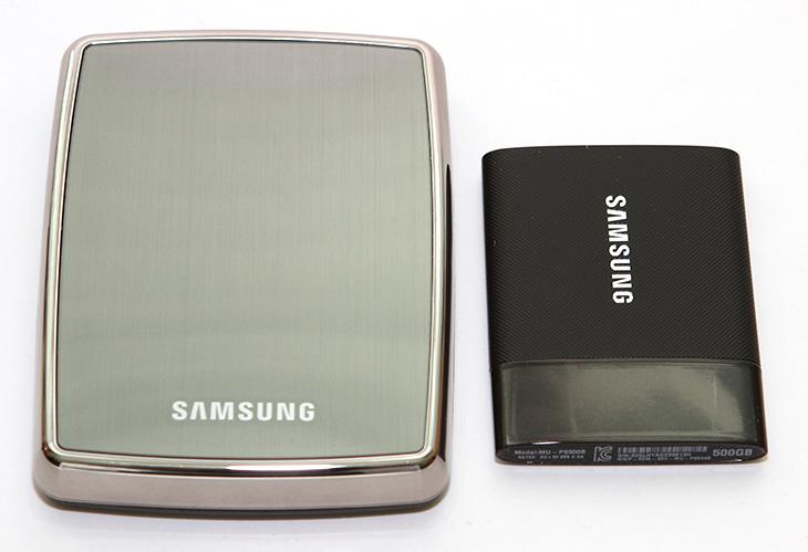 차원이 다른 ,삼성 포터블 SSD, 빠른 속도, 자세한 벤치마크 결과,삼성,포터블SSD,삼성 T1,IT,IT 제품리뷰,IT,후기,사용기,속도,벤치마크,삼성 포터블 SSD는 빠른 속도를 가진 저장장치로 알려져 있죠. 이번 시간에는 이 제품에 대한 자세한 벤치마크 결과를 올려보도록 하겠습니다. 전체설명편인데요. 외장하드는 하나쯤 모두 가지고 있을 겁니다. 그런데 외장하드를 들고 다니면서 불안하신 분들에게는 삼성 포터블 SSD가 좋습니다. 외장하드는 충격에 약하지만 SSD타입의 저장장치는 충격에 매우 강하기 때문이죠. 그리고 속도도 매우 빠릅니다. 그리고 크기도 매우 작아져서 정장에 넣고 다니기에도 적당할 정도입니다.디자인도 상당히 잘 나와서 깔끔하네요. 보안에도 신경을 써서 암호를 입력해야만 실제 공간을 사용할 수 있도록 설정도 가능 합니다. 삼성 포터블 SSD의 속도는 500GB 기준으로 읽기 쓰기 모두 400MB/sec 근처 또는 이상의 속도를 보여주었는데요. 최근에는 USB 3.0 포트를 대부분 노트북에서 사용하기 때문에 빠른 그리고 들고다닐 수 있는 저장장치가 필요한 분들에게 좋은 선택이 될 수 있을것 같습니다.