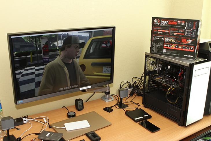 AMD 메인보드, 최초, Type-C ,USB 3.1, M.2 SSD, 990FX-GAMING,IT,IT 제품리뷰,인텔 메인보드가 강세인 것은 사실이긴 합니다. 하지만 AMD Mainboard도 새로운 기능이 추가되네요. AMD 메인보드 최초 Type-C USB 3.1 M.2 SSD를 넣은 990FX-GAMING가 2016년 신제품으로 나왔습니다. Type-C는 차세대 인터페이스로 최신 스마트폰이나 태블릿 등에 적용되어서 나오고 있는 중 입니다. 그리고 앞으로는 모니터도 모두 다 USB로 연결 될 수 도 있죠. AMD 메인보드 중에서 고급형 메인보드에 속하는 이 메인보드의 특징을 간단히 살펴보도록 하겠습니다.