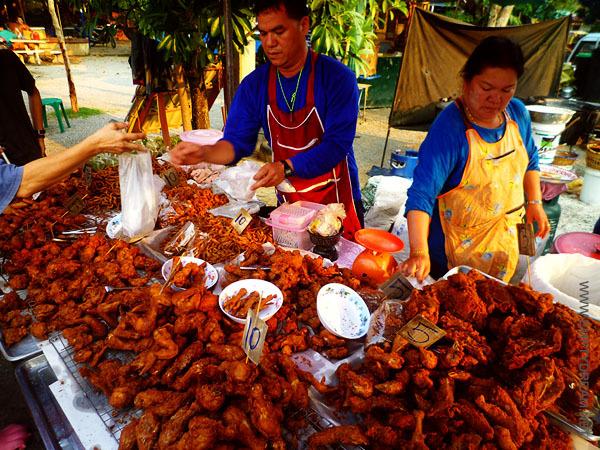 태국의 흔한 닭집. 치킨은 그냥 대충 기름에 튀기기만 하면 되는 것 아닌가라는 심플한 철학으로 닭을 튀기기 때문에, 맛이 별로다.