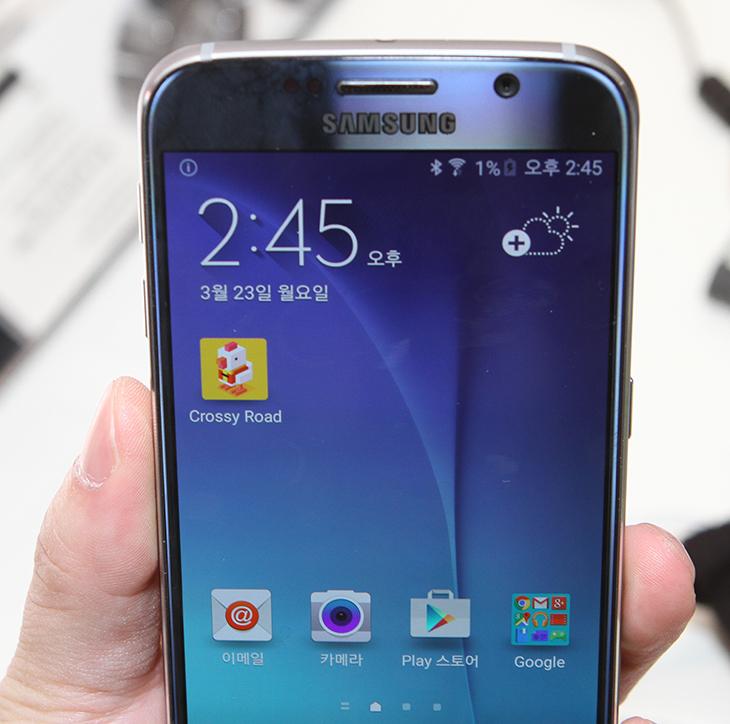 갤럭시S6 엣지 리뷰, 갤럭시S6 리뷰,갤럭시S6 자세한 후기,갤럭시S6 자세한 리뷰,후기,사용기,IT,IT 제품리뷰,리뷰,갤럭시S6, 갤럭시S6 엣지,Galaxy S6 Edge,Galaxy S6,성능,평가,반응속도,롤리팝,갤럭시S6 엣지 갤럭시S6 리뷰 자세한 후기를 올려봅니다. 이미 동영상을 올려둔 상태인데요. 사진으로 좀 더 살펴보도록 하죠. 물론 아래에서 영상으로도 내용을 볼 수 있습니다. 이 제품에 대해서 엄청난 관심이 모아지고 있습니다. 그리고 지금 각통신사 대리점에서는 갤럭시S6 엣지 갤럭시S6 리뷰를 해볼 수 있도록 오픈되어 있습니다. 미리 만져볼 수 있다는 것이죠. 저도 역시 만져보고 나서 몇가지 평가를 내렸는데요. 실제로 어떤게 더 나은지에 대해서 이야기가 있지만 지금 디자인 부분에서는 갤럭시S6 엣지에 좀 더 기울고 있죠. 해외에서의 반응도 엣지에 좀 더 기울고 있습니다. 해외에 있는 갤럭시S6 엣지 리뷰에서도 엣지에 대한 언급이 더 많습니다. 그만큼 진보된 디자인이고 세련되게 잘 나왔습니다. 그런데 디자인 외에 단점도 분명 존재합니다. 지금 이 글에서는 그런 부분에 대한 설명을 해보려고 합니다.