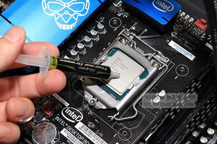 잘만 ZM-LQ320, 잘만 ZM-LQ320 수냉 쿨러, ZALMAN, 잘만 수냉 쿨러, 잘만 수냉, 수냉 쿨러, 수냉 쿨러 온도, 수냉 쿨러 소음, 소음, Noise, dB, 데시벨, Center-320, 잘만 수냉 쿨러 소음, IT, 리뷰, 사용기, 유저, 잘만 ZM-LQ320 수냉 쿨러를 하스웰 시스템을 만들어서 사용해 봤습니다. 일체형화된 수냉셋은 지금 상당히 많이 나와있는데요. 저도 몇가지를 사용해 봤는데요. 사용해보면서 가장 궁금했던 것은 잘만 ZM-LQ320 수냉 쿨러의 소음이었습니다. 펌프가 베이스부부에 있는 수냉 일체형의 특징상 펌프음이 심하게 들리는가 아닌가가 큰 관건이니까요. 참고로 펌프를 외부로 뺄 수 있는 구조의 수냉셋의 경우에는 소음을 많이 줄일 수 있습니다. 아주 예전에 제가 소개한적이 있었는데요. 대신 이런 형태의 경우 부피가 크고 물을 갈아줘야하거나 또는 누수의 위험등 신경써야 할것이 많았습니다. 단 펌프가 외부로 빠져있어서 소음을 좀 더 줄일 수 있고 문제가 되는 부분만 교체가 가능하다는 장점도 있었죠.  잘만 ZM-LQ320 수냉 쿨러 외에 다른 일체형화된 수냉 쿨러 모두 소음 자체가 조용한 쿨러는 아닙니다. 성능이 중요시 되는 이유로 수냉이 사용이 되는것이죠. 그리고 좀 더 간편하게 수냉셋을 구성할 수 있다는데 장점이 있습니다. 다만 잘만 ZM-LQ320 수냉 쿨러 경우 펌프음이 다른 일체형의 수냉셋보다 조금은 조용했습니다. 이부분은 아래에 소음 부분에서 살펴보도록 하죠.