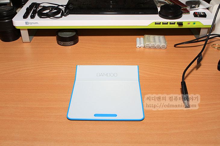 뱀부패드 후기, 뱀부패드 사용기, 사용기, 후기, 리뷰, IT, BAMBOO PAD, 뱀부 패드, 터치패드, 윈도우8, 윈도우8.1, 윈도우8.2, USB, Wireless, 터치, 뱀부패드 후기를 통해서 이 제품의 사용성에 대해서 알아보고자 합니다. 데스크탑 컴퓨터에서 터치패드가 있으면 좋겠다고 생각했던적이 있습니다. 그런 이유로 나온제품이 이것입니다. 물론 이전에도 나왔던 제품들도 터치는 되어서 사용이 가능하긴 한데요. 뱀부패드 후기를 통해서 소개할 부분중 가장 큰 특징은 윈도우8이 나오면서 뱀부패드 사용성은 더 좋아졌다는것 입니다. 윈도우8에서는 화면이 터치가 된다면 왼쪽에서 밀어서 작업을 전환하거나 오른쪽에서 밀어서 참바를 열고 아래에서 올려서 메뉴를 생성하는 등 여러가지 모션 작업이 가능한데요. 이것을 뱀부패드에서도 그대로 사용이 가능 합니다. 데스크탑 사용시 화면은 터치가 안되고 키보드와 마우스를 사용하기 때문에 이럴 때 이런 제품이 필요하게 되는것이죠. 즉 데스크탑에도 터치패드가 생기는 것입니다.  뱀부패드 타입은 USB와 Wireless 두가지 버전이 있습니다. 지금 소개할 버전은 뱀부터치 Wireless버전 입니다. USB 버전은 건전지가 들어가지 않는 대신 USB 케이블을 연결해야합니다. 무선버전은 선을 연결하지 않는 대신 무선으로 사용할 수 있고 대신 건전지를 넣어야하죠. 건전지 사용시간은 하루 2시간씩 사용시 4주정도 사용이 가능하다고 하네요. 건전지는 AAA 사이즈가 들어가며 기본구성품에 건전지가 들어있지만 자주 사용을 하려면 충전지를 쓰는게 좋아보입니다. 무선 버전의 경우에도 USB 케이블을 연결해서 사용할 수 있도록 호환성을 좀 더 줬더라면 하는 아쉬움이 있는데요. 대신 무선버전은 들고다니면서 사용할 수 있습니다. 크기도 기존의 타블렛에 비해서는 훨씬 작은 크기를 자랑합니다. 타블렛 펜도 들어있어서 좀 더 필기도 섬세하게 할 수 있구요. 참고로 뱀부패드의 감압은 Microsoft 프로그램에서만 동작합니다. 예를 들면 파워포인트나 워드, 엑셀 같은곳에서만 동작을 하죠. 포토샵에서는 감압이 지원이 안됩니다.