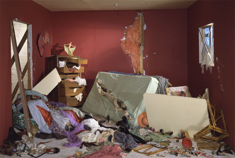 Jeff Wall _ The Destroyed Room (1978) _ Cinematographic photograph _ © The artist