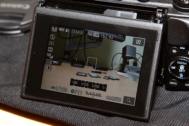 캐논 EOS M3, 토이카메라, 미니어처 효과, 이용하기,필터 효과,EOS M3 필터효과,IT,제품리뷰,후기,사용기,사진,캐논 EOS M3 토이카메라 미니어처 효과 이용하면 특이한 이미지를 만들 수 있습니다. 개인적으로는 로모 효과와 미니어처 효과가 좋았습니다. WiFi를 지원하는 카메라로 스마트폰에 이미지를 전송해서 쉽게 인스타그램이나 페이스북 등에 공유할 수 도 있습니다. 캐논 EOS M3 토이카메라 효과를 쓰면 약간 필름카메라 느낌도 나고 뭔가 집중하는 듯한 느낌의 사진을 얻을 수 있습니다. 위에서 아래를 바라보는 사진에서는 또는 건물이나 차랑이 일직선상에 많은 사진에서는 미니어처 효과를 이용하면 재미있는 사진을 얻을 수 있습니다. 인스타그램에서도 물론 효과 적용이 되긴 합니다만, 색 필터만 있고 미니어처 같은 효과를 적용하긴 힘들죠. 확실히 사진을 공유해서 재미를 얻는 SNS 공간에서는 특이한 사진일 수록 인기가 높아집니다. 이럴 때 캐논 EOS M3 미니어처 효과를 적용해 보죠.