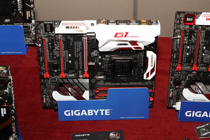 기가바이트 ,신제품, 발표회 ,GA-Z170X-Gaming G1,IT,IT 제품리뷰,기가바이트,gigabyte,메인보드,모델,오버클러킹,기가바이트 신제품 발표회 GA-Z170X-Gaming G1 를 보고 왔습니다. 제품에 대한 설명들을 하나씩 들었는데요. GIGABYTE는 메인보드 전통시장을 지키고 있는 독보적인 존재입니다. 신뢰성이 높고 성능이 좋은 제품들을 계속 내어놓고 있는데요. 이번에 기가바이트 신제품 발표회에서 소개한 제품도 최고의 그리고 퀄리티 높은 이라는 수식어를 붙여도 부족하지 않은 메인보드 였습니다. GA-Z170X-Gaming G1는 전원부 수냉쿨링을 가능하게 하고, 빛이 들어오도록 해서 튜닝도 할 수 있도록 했습니다. 슬롯을 금속으로 보강을 해서 휨을 방지하였습니다. DAC에 최적화된 USB 단자를 별도로 만들어서 신뢰성을 높였으며, 사운드부분에도 신경을 상당히 썼습니다. 메인보드는 성능에서 큰 역할을 하지 않는다고 말을 하지만 실제로는 그렇지 않습니다. 확장성 뿐만 아니라 고성능의 컴퓨터를 결정짓는 가장 기초가 되는 부분이 메인보드 입니다. 그럼 어떤 기능들이 있는지 살펴본 내용을 적어보도록 하겠습니다.