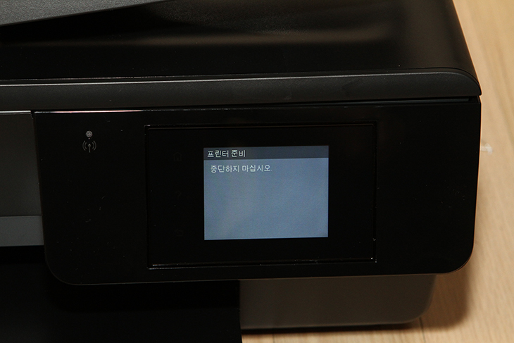 HP 오피스젯 프로, 6830, e-복합기, 설치, 무선, 네트워크,IT,IT 제품리뷰,사무용 출력 팩스 이용하는 목적으로 사용될 만한 제품을 소개합니다. 이번편은 설치 및 모바일 프린트부터 알아보죠. HP 오피스젯 프로 6830 e-복합기 설치는 어렵지 않았습니다. 무선 네트워크를 지원해서 케이블도 전원만 연결해도 되죠. 앱을 이용한 출력도 지원해서 급한 경우에는 스마트폰에서 클라우드의 문서를 가져와서 바로 출력할 수 도 있습니다. 복합기라고 하죠. 여러가지 기능을 지원하는데요. HP 오피스젯 프로 6830 e-복합기는 특히 더 편한 기능 한가지가 있습니다. 앞부분에 작은 터치가 가능한 모니터가 붙어 있습니다. 상당히 편리했는데요.