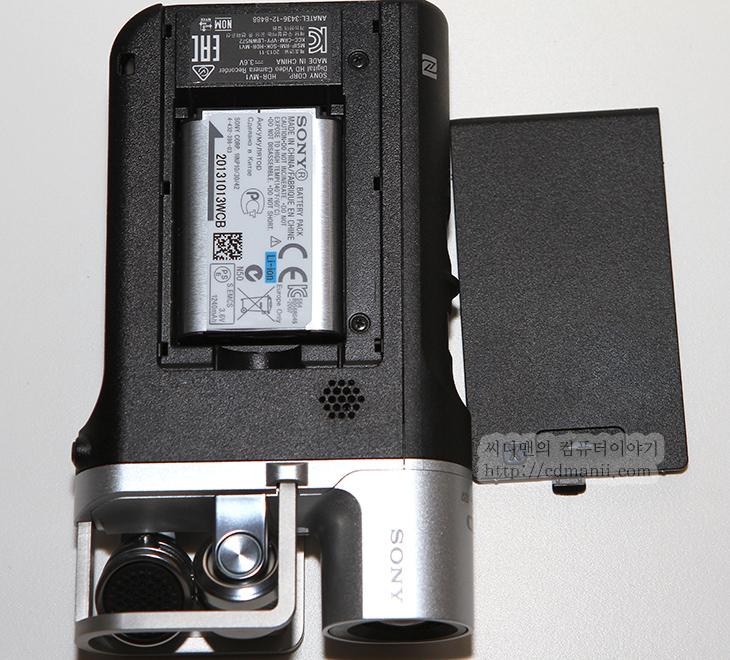 소니 HDR-MV1 사용기, HDR-MV1 사용기, X-Y 마이크, Carl Zeiss Tessar, 칼짜이쯔, HDR-CX550, IT, 스마트폰, 소니, Sony, 제품, 리뷰, 후기, 사용기,소니 HDR-MV1 사용성에 대해서 여러가지 생각을 해봤습니다. 이 제품은 마이크에 좀 더 촛점이 맞춰진 제품 입니다. 실제로 이 제품 앞에는 서로 다른 각도로 된 X-Y 고성능의 마이크가 고정되어있습니다.  그런 이유로 소니 HDR-MV1 사용을 처음 해보면 캠코더 촬영시 화면이 옆에 붙어있어서 불편하다고 생각할 수 도 있습니다. 화면을 접었다가 펼쳤다가 할 수 있어야겠지만 화면을 과감하게 붙여버리고 일자형태의 캠코더 형태를 유지한 이유도 소리를 좀 더 정확하게 담기 위해서 고정을 시켰습니다. 고정된 장소에서 촬영을 하는 경우가 대부분이므로 캠코더 렌즈는 줌이 안되는 형태이며 대신 화각은 상당히 넓게 되어있었습니다. 스탠딩에그 스튜디오에서 공연하는 모습을 바로 앞에서 찍었는데 캠을 아주 가까이에 놓고 찍어도 스탠딩에그 전멤버가 모두 촬영될정도였습니다. 함께 촬영했던 HDR-CX550 경우에는 화각이 넓다고 하지만 그에는 못미쳐서 한번에 3명정도밖에 찍지를 못하더군요. 그것도 조금 더 뒤로 가도 말이죠.