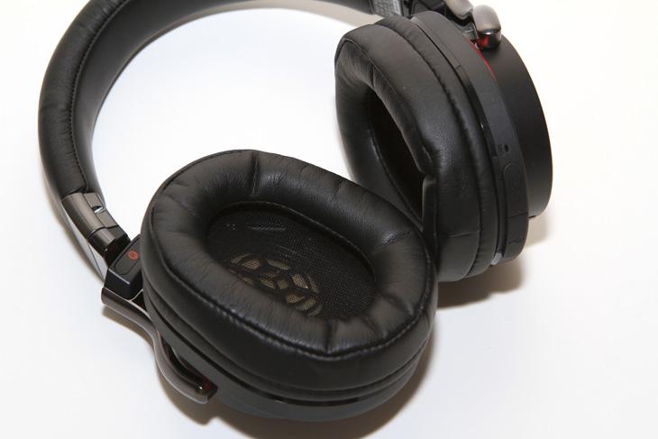 소니 MDR-1RBT MK2, 외형편 단점 장점, 1RBT, MDR-1RBT 단점, 헤드셋, 헤드폰, 소니 헤드셋, 소니 블루투스 헤드폰, 음악, 음감, IT, 소니 MDR-1RBT MK2 외형은 상당히 고급스럽고 깔끔합니다. 세련되었다는 표현이 더 어울리겠네요. 플라스틱 부분도 금속 느낌이 나도록 한것도 특징이네요. 기본적으로는 블루투스 헤드셋으로 동작을 합니다. 그런데 오디오 케이블을 연결하면 유선 헤드셋이 되네요.  소니 MDR-1RBT MK2는 밀폐형 헤드셋이며 감도가 105dB이나 되면서도 선이 없이 블루투스로 연결되어서 지하철이나 사람이 많은곳에서도 좋은 사운드를 즐길 수 있습니다. 실제로 최근에 지하철에서 MDR-1RBT MK2를 쓰는 분을 본적이 있는데요. 디자인도 괜찮아서 인지 이어폰이 아닌 헤드셋을 쓰고 있어도 꽤 잘 어울리더군요.  AAC, APT-X 코덱을 기본지원하여 블루투스임에도 꽤 고음질을 기대할 수 있는데요. 더 괜찮았던 점은 유선케이블로도 연결해서 사용이 가능하다는 점입니다. 평소에는 편의성이 좋은 블루투스로 사용을 하고 고정된 장소에서는 최상의 음질을 위해서 오디오 케이블을 연결해서 사용할 수 있습니다. 헤드셋이므로 핸즈프리 통화도 할 수 있습니다. 블루투스 연결도 좀 더 쉬워졌습니다. 소니는 자사의 제품에 모두 NFC 칩을 내장하여 연결을 간단하게 하도록 도와주고 있는데요. MDR-1RBT MK2 역시 마찬가지로 NFC를 이용해서 쉬운 연결이 가능 합니다. 최대 8대의 기기와 멀티페이링을 해놓을 수 있어서 여러 디바이스에 헤드셋을 물려서 쓰는 분들도 편하게 사용할 수 있습니다.