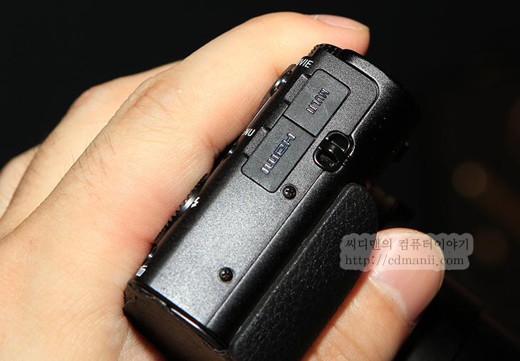 소니 RX100 mk2 RX1R 사용기, RX100 mk2 사용기, RX1R 사용기, 리뷰, 후기, 사용기, RX100, RX1R, RX1, 풀센서, 1:1센서, 크랍센서, 크랍바디, 소니, 디카, 소니 모델, 모델, 로우패스 필터,소니 RX100 mk2 RX1R 사용을 해보고 왔습니다. 예약판매는 8월 7일부터 시작한다고 하는군요. RX100은 제가 유튜브에 이미 사용기를 올려놓았지만 사진 찍었을 때 노이즈 제거능력 및 아웃포커싱 능력이 상당히 좋았던 카메라입니다. 소니 RX100 mk2로 바뀌면서 기존에 기능에서 더 많이 기능이 올라갔습니다. 가장 많이 변한 기기가 사실 이것이네요. 소니 RX1R을 사용해보니 기존과는 크게 바뀌진 않았지만 대신 기존과 달라진점은 해상력을 훨씬 더 끌어올리기 위해서 로우패스 필터를 제거해버리고 대신 이미지센서에서 처리를 더 높여서 스튜디오나 조명이 충분한 장소에서 또는 특별한 사진을 찍어야할 때 퀄리티를 많이 올렸습니다. 소니 RX100 mk2를 사용할 때 기존에도 느꼈던 점이지만 LCD로 보면 정말 사진이 잘 나와보입니다. 후면 LCD 화소가 높으므로. 근데 실제로 컴퓨터로 옮겨봐도 노이즈 제거 부분에서는 상당히 괜찮았습니다. 특히 RX100 mk2 사용시 특이점이라면 NFC기능을 이용해서 다른 스마트기기나 스마트폰을 연결해서 원격 촬영을 할 수 있다는점이 좋았습니다. 물론 WiFi 기능이 있는 디카에서는 활용할 수 있으나 처음에 스마트폰과 연동하는 부분이 앱만 미리 설치되어있다면 (소니 제품 태블릿은 미리 어플이 설치되어있음) 바로 연결해서 쉽게 사용할 수 있다는 점이 괜찮았습니다. 그럼 뭐가 바뀌었나 좀 살펴보도록 하죠.