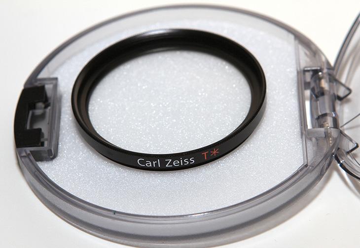 Carl Zeiss T* UV Filter (46mm) HDR-PJ820 필터Carl Zeiss T* UV Filter (46mm)를 HDR-PJ820 필터로 장착해봤습니다. B+W 필터만 사용하다가 이번에는 칼짜이즈 필터를 써봤습니다. B+W는 황동으로 되어있어서 약간 무거운 느낌인데 이 필터는 좀 가벼운 느낌이네요. 뭐 필터성능은 둘다 좋죠. Carl Zeiss T* UV Filter (46mm) 구매 전에 HDR-PJ820에 맞는 필터가 몇 미리인지 찾아봤는데 46mm 이더군요. 이전에는 HDR-CX550은 37mm B+W 필터를 썼었는데 이제는 좀 더 커졌네요. B.O.SS 때문에 좀 커진것이기도 한데요. 대물렌즈 크기는 비슷하니까요. Carl Zeiss T* UV Filter를 써보니 품질은 상당히 좋네요. 앞으로 PJ820렌즈를 잘 보호해주리라고 생각이 듭니다. 참고로 가격은 택배비까지 해서 5만원 약간 안되는 금액 입니다. 비싸긴 비싸네요.