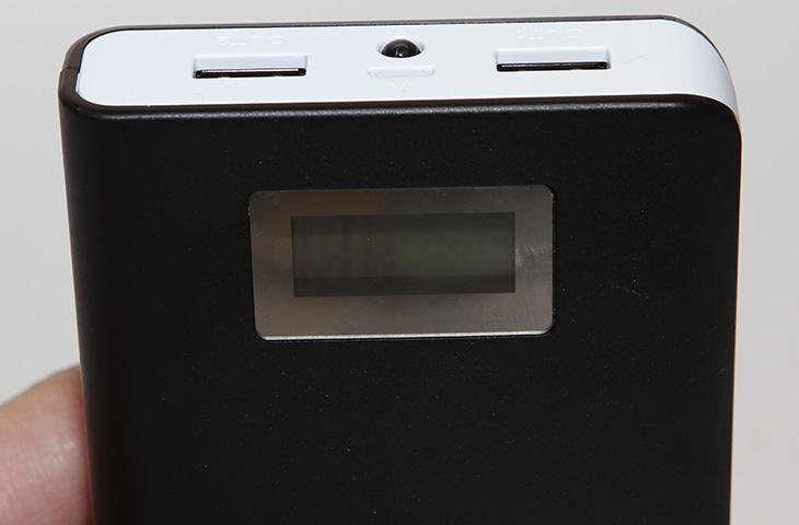 픽스 대용량 배터리, FIX XB-901 사용 ,FIX XB-901 사용 후기,FIX,픽스, 픽스 배터리, 15600mAh, 대용량 배터리,대용량 배터리팩,IT,IT제품리뷰,후기,사용기,픽스 대용량 배터리 FIX XB-901 사용 후기를 올려봅니다. 이 제품은 15600mAh의 대용량 배터리팩 입니다. 근데 이게 전부다는 아닙니다. 이 제품에 가장 큰 매력은 배터리 잔량을 디지털로 볼 수 있었다는 점 입니다. 디지털 숫자로 표기가 되므로 상당히 편하죠. 픽스 대용량 배터리 FIX XB-901의 또 다른 장점으로는 과충전은 물론 과방전도 보호해주는 시스템이 들어가 있습니다. 배터리 용량도 상당히 큰것도 장점은 될 수 있겠네요. 15600mAh 이고 3.7V를 5V로 승압하면서 줄어드는 용량을 계산해보더라도 대용량은 맞습니다. 요즘은 스마트폰은 물론 디지털카메라도 USB로 충전이 가능하므로 픽스 대용량 배터리 FIX XB-901를 들고 있으면 배터리 걱정을 많이 줄일 수 있습니다.  실제 사용하면서 배터리 잔량이 숫자로 표기 되는 부분은 상당히 편리했습니다. 보통 다른 배터리팩의 경우 4단계로 배터리 잔량을 나타내거나 하는것이 보통인데요. 그러면 가끔은 배터리가 정말 부족한데 충전을 안하고 들고나가서 낭패를 보는 경우가 생길 수 있죠. 또는 충전하지 않아도 충분한데 왠지 부족할듯해서 또 충전하게 되어서 시간을 낭비할 때가 있습니다. 근데 디지털 수치로 나타나니 좀 더 효율적으로 충전이 가능해졌네요.
