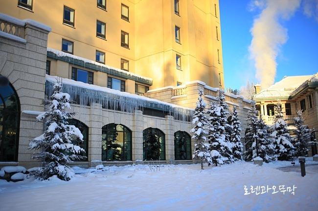 고드름이 얼어붙은 샤토 레이크루이스 호텔