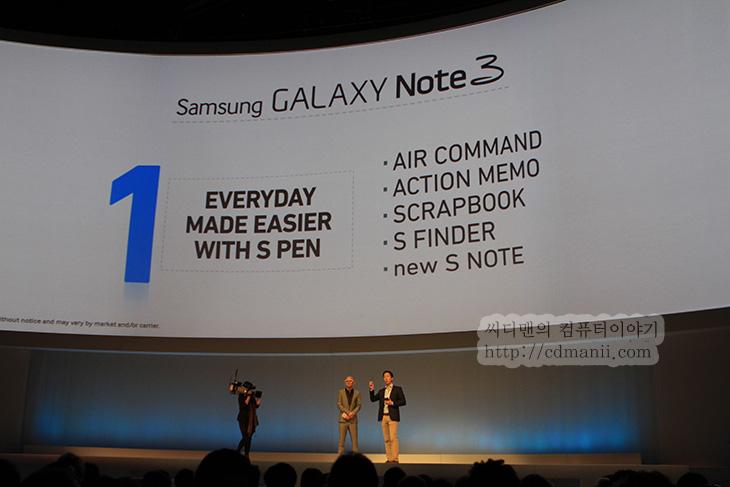 갤럭시노트3 스펙, 갤럭시 기어, 삼성 언팩 현장, IFA2013 후기, IT, 갤럭시노트3, GalaxyNote3, Galaxy Note3, 모바일, 리뷰, 후기, 사용기, 갤럭시노트3 스펙과 갤럭시기어의 실물이 삼성 IFA2013 언팩에서 공개되었습니다. 언팩 현장에 저는 직접 참가해서 사진도 찍고 동영상도 찍었는데요. IFA2013 후기를 한국에 와서야 이제 올리네요. IFA2013 삼성 언팩 현장에 드디어 갤럭시노트3 스펙이 공개되었을 때 사실 아주 우와 하고 놀라진 않았습니다. 이미 어느정도 공개되었던 정보와 비슷했기 때문이죠. 다만 삼성 언팩 현장에서 사용자들이 우와 라고 외쳤던것은 갤럭시 기어가 나왔을 때 입니다. 화면이 휘어지는 형태일것이다 또는 화면이 위아래로 길것이다 등 여러가지 추측이 있던 갤럭시 기어 스펙이 드디어 공개되고 실물도 나왔죠.  발표를 마친 후에 바로 뒤에 있던 실제 제품 전시장으로 이동해서 제품을 바로 만져볼 수 있었습니다. 저도 빠르게 이동해서 갤럭시노트3 와 갤럭시 기어를 이것저것 만져봤습니다. 기능을 미리 확인하고 만져본것이지만 그 기능외에도 몇가지 변한 부분들이 많이 있더군요. 갤럭시노트3의 상세후기는 따로 블로그에 올리도록 하겠습니다. 갤럭시 기어글도 따로 올릴테니 그것을 참고해주시고 여기에서는 언팩현장의 현장스케치에 대해서 적어보도록 하겠습니다.