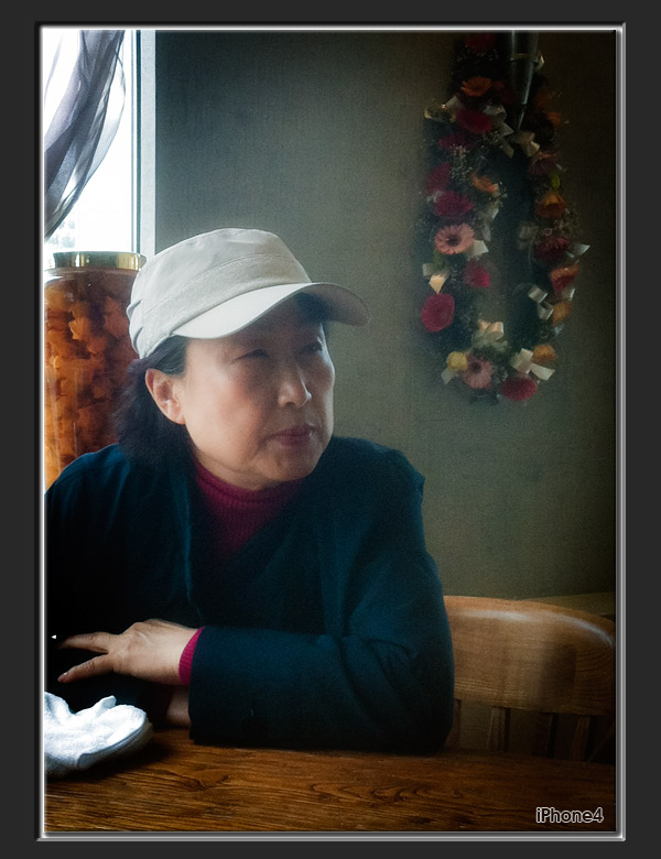 [iPhone4] A woman in restaurant