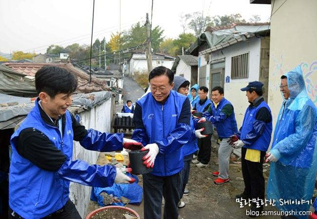 연탄을 나르는 박대영 사장
