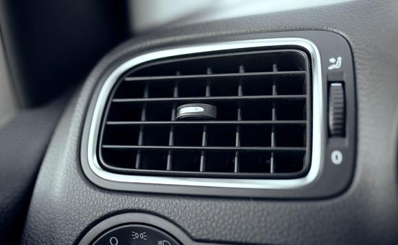 3426a4dd367 에어컨 작동 시 송풍모드에서 차 문을 모두 열고 잠시 환기를 시켜주면 냄새 제거에 도움이 됩니다.