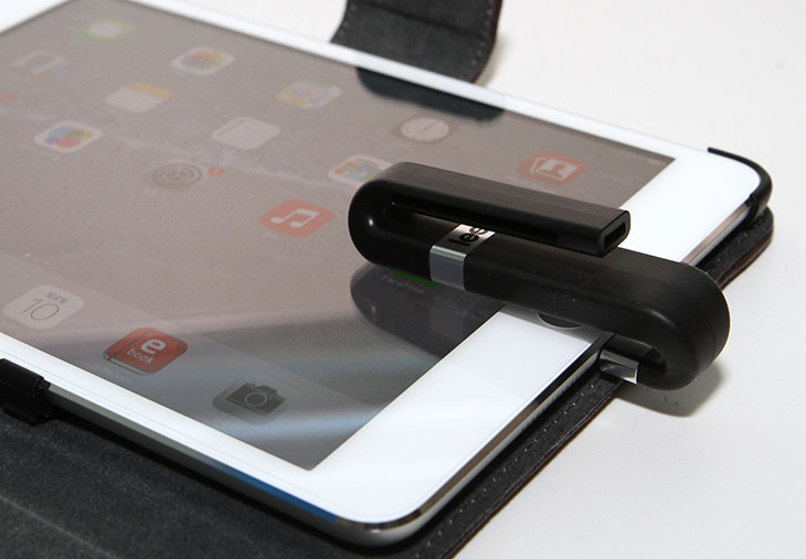 리프 아이브릿지 후기, Leef iBRIDGE, 애플 OTG, USB 메모리,애플 OTG USB 메모리,16GB,리프 아이브릿지,리프,Leef,아이패드미니,리프 아이브릿지 후기를 올려봅니다. Leef iBRIDGE는 애플 OTG 메모리로 사용할 수 있는 제품인데요. 그냥 단순하게 저장장치를 늘리는 목적 외에 조금 특수한 기능을 수행할 수 있습니다. 애플은 MicroSD를 이용을 지원하지 않으므로 리프 아이브릿지 Leef iBRIDGE 같은 장치를 이용하는게 필요합니다. 아이폰이나 아이패드에서 저장공간을 늘리는 목적으로 사용될 수 있죠. 그런데 단순히 저장용량을 늘리는 목적만 있는것은 아닙니다. 라이트닝 8핀 단자 외에 일반 USB 단자를 가지고 있어서 컴퓨터에 연결해서 저장장치로 사용할 수 있습니다. 즉 리프 아이브릿지는 컴퓨터에서 파일을 복사한 뒤 아이폰이나 아이패드에 연결해서 바로 사용할 수 있습니다. 동영상 등을 옮길 때 좀 더 유용할 수 있죠. Leef iBRIDGE에 있는 파일을 아이패드로 복사 또는 이동할 수 도 있습니다. 그리고 앱을 이용해서 애플 디바이스에서 찍은 사진을 바로 리프 아이브릿지로 저장하는 기능도 제공 합니다.