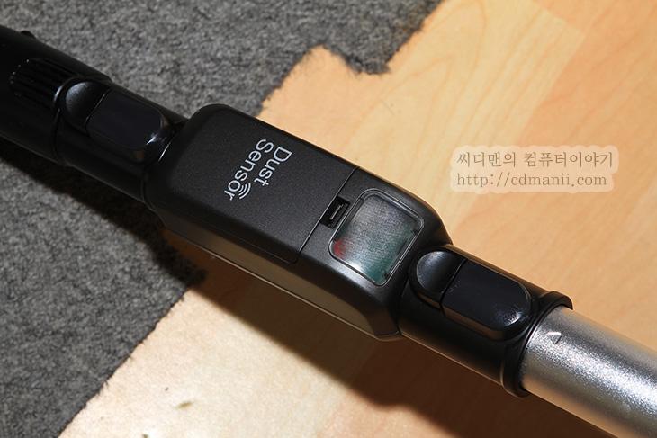 It, samsung, VC33F70LHBU, 리뷰, 사용기, 삼성 청소기, 삼성 청소기 모션싱크, 삼성 청소기 모션싱크 사용기, 삼성청소기, 청소기, 키보드 쉽게 청소하기, 키보드 청소기, 키보드 청소하기, 후기, 허니콤 4중필터,삼성 청소기 모션싱크 먼지센서를 사용해 봤습니다. 이 청소기의 가장 특이한점 중 하나인데요. Dust Senser 를 스텔스 브러시 등 제공하는 브러시 바로 위에 연결하면 오염되어 보이는 곳 또는 깨끗해보이는곳을 쉽게 확인 할 수 있습니다. 삼성 청소기 모션싱크 먼지센서에는 통로로 지나가는 부분에 투명도를 확인해서 먼지가 많다면 붉은색으로 표기를 하고 먼지가 많지 않다면 녹색으로 표기를 합니다. 즉 여러번 문질러서 녹색으로 계속 나타난다면 먼지가 별로 없구나 하고 생각해도 되는것이죠. 참고로 먼지센서에는 2개의 건전지가 들어갑니다. 건전지를 교체해줘야하는점은 불편할 수 도 있으나 바닥색이 많이 어두워서 먼지와 잘 구분이 되지 않아서 불편했던 분에게는 괜찬은 기능이 될 수 있습니다.